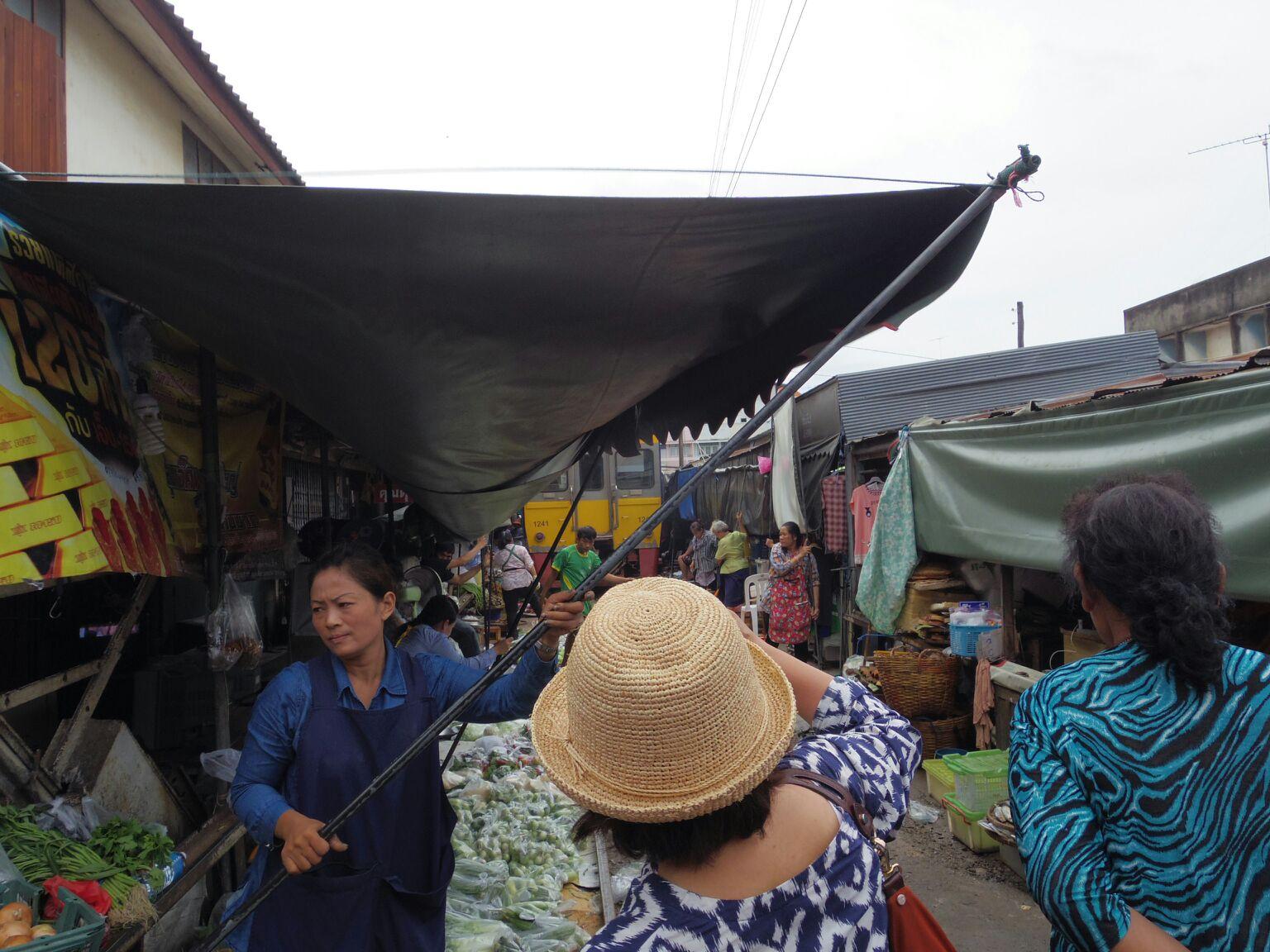 楽園三日目線路の上、メークロン市場20140613